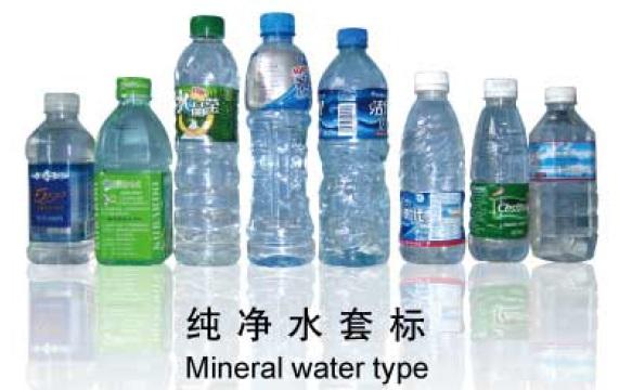 Etichettatrice per manicotti termoretraibili per pre-posizionamento di bottiglie in PET Automatica