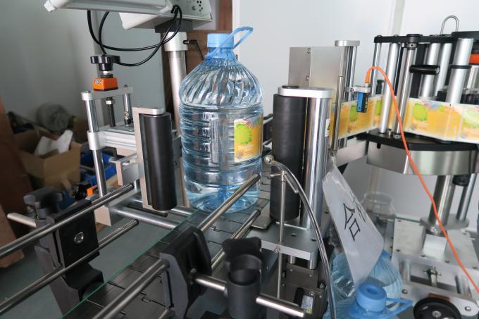Etichettatrice dell'autoadesivo della bottiglia rotonda dell'acqua potabile 5L, macchina adesiva autoadesiva dell'etichetta