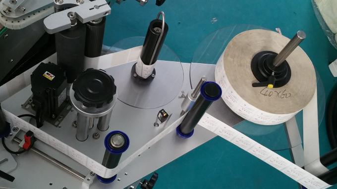 Macchina applicatrice dell'autoadesivo della bottiglia quadrata del barattolo da 25kg, etichettatrice con velocità stabile delle bottiglie di alimentazione