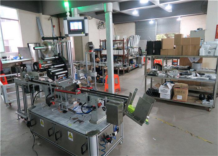 Applicatore di etichette a superficie piana per etichettatrice automatica superiore