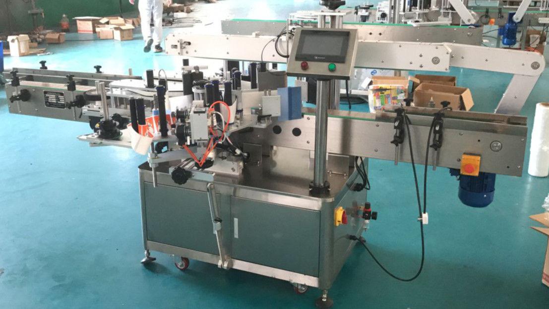 Applicatore di etichette sui lati anteriore e posteriore con meccanismo di correzione